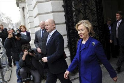 Clinton defiende la legalidad de armar a los rebeldes libios