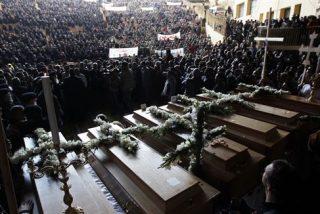 Multitudinario funeral por los cristianos coptos fallecidos en Egipto