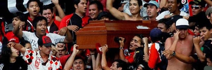 """Fanáticos roban cadáver para """"velarlo"""" en pleno partido de fútbol"""