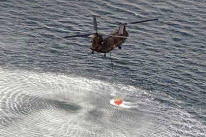 Helicópteros del Ejército japonés lanzan agua para enfriar el reactor 3