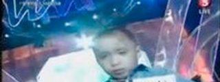 """Impactantes imágenes de la """"humillación"""" a un niño en la TV filipina"""