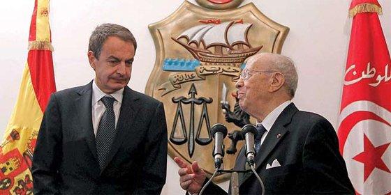 Si para Prisa la 'tournée' de Zapatero es ridícula, para 'Público' el presidente lidera la revuelta árabe