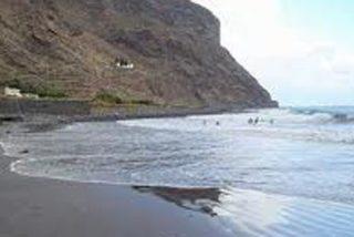 En las playas de arena negra, no se te pega la arena al culo