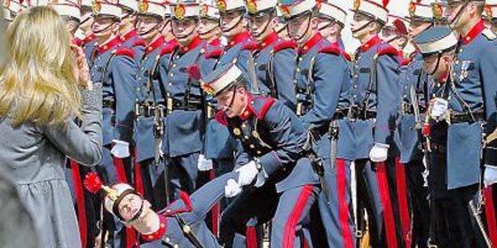 Guardia real se desmaya al paso de los Príncipes de Asturias en Madrid