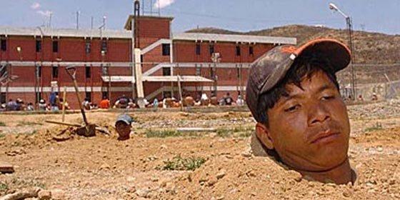 Reos bolivianos se crucifican, entierran y cosen los labios para exigir al gobierno mejor alimentación