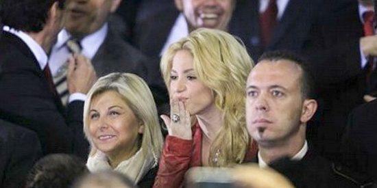 Los tiernos besos de Shakira a Piqué desde el palco de Mestalla