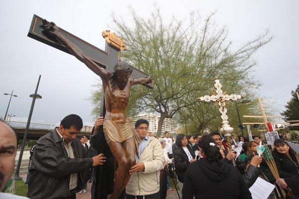 """""""Vía crucis de los pueblos"""" con inmigrantes por el viejo cauce del Turia"""