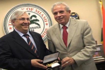 Tomás Regalado, alcalde de Miami, entrega las llaves de la ciudad a Julio Ariza