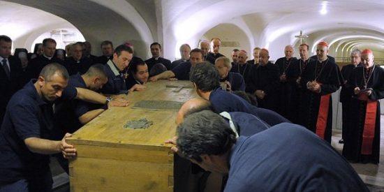 El féretro de Wojtyla ya está en altar mayor de San Pedro