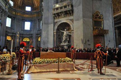 Cuatrocientos ml fieles veneraron el féretro de Juan Pablo II