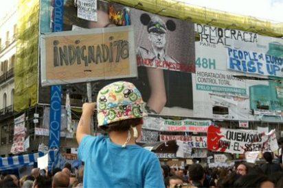 Un hombre irrumpe en Sol y empieza a retirar los carteles de los 'indignados'