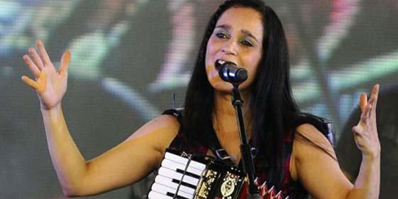 Julieta Venegas detenida en aeropuerto de Chile por no declarar un plátano