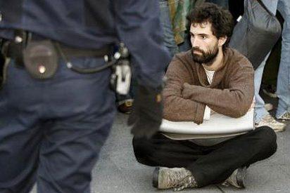 La Policía desaloja la acampada de «indignados» del 15-M en la Puerta del Sol de Madrid