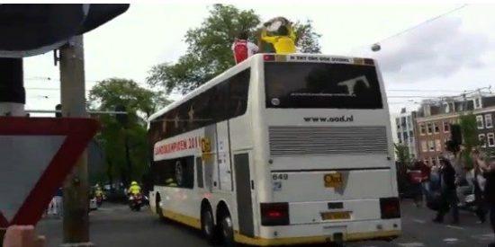 Sergio Ramos pone de moda tirar el trofeo desde el autobús