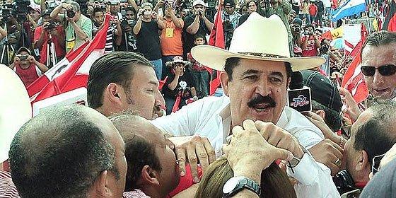 Zelaya vuelve a Honduras dos años después de ser expulsado en pijama