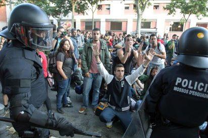 """Los """"indignados"""" de Barcelona reciben fuertes críticas por su acción violenta"""