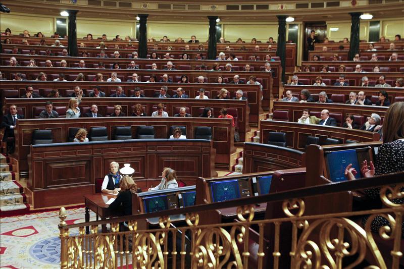 El Congreso homenajea a las víctimas con ausencias en protesta por Bildu