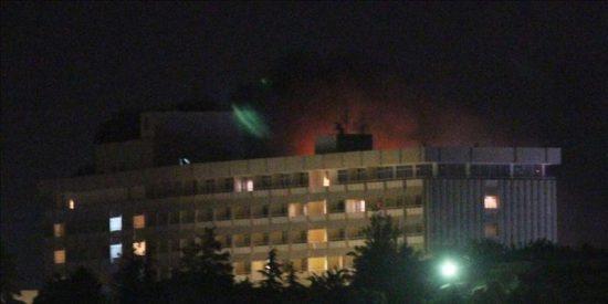 13 Muertos en ataque a hotel de Kabul, donde aún hay un talibán atrincherado