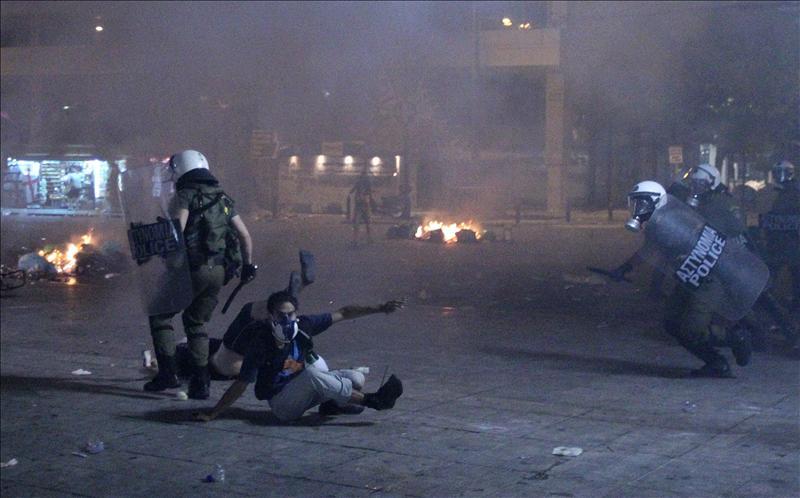 Grecia vota entre protestas un crucial paquete de ajuste para evitar la quiebra