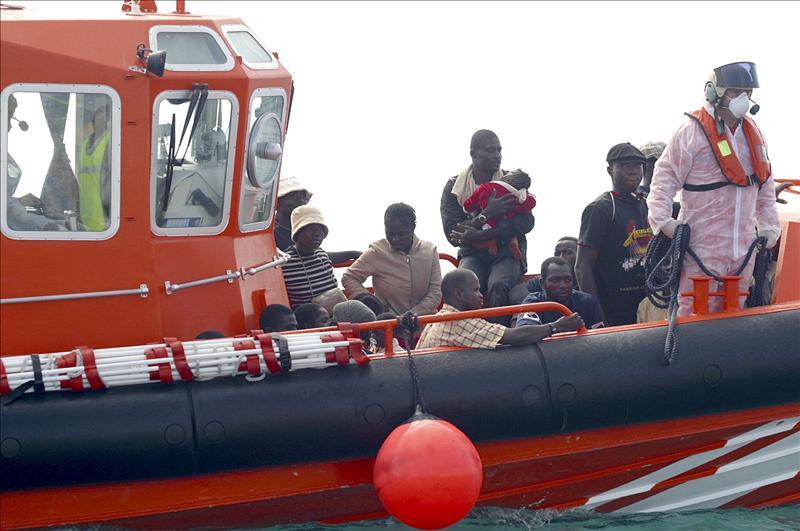 Rescatados 17 subsaharianos que viajaban en barcas a remo cerca de Melilla