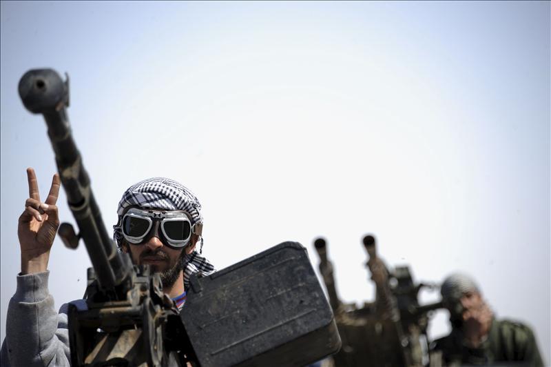 Francia envió armas a los opositores de Gadafi para desbloquear la guerra