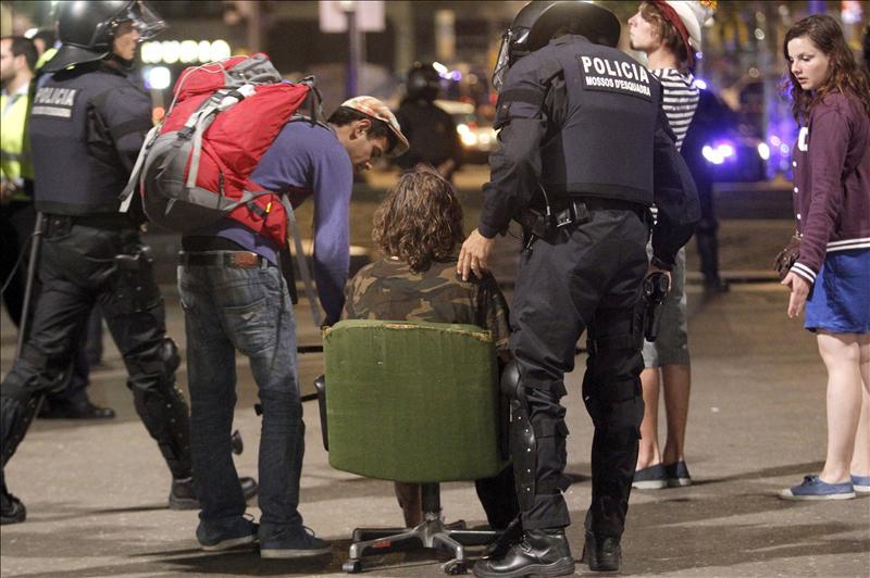 La plaza Cataluña recupera su aspecto normal después de 45 días de acampada