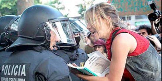 A la zurda no le apesta un 15-M que zarandea a diputados e intimida a periodistas