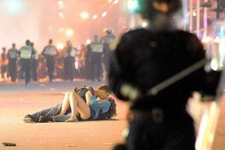 El misterio de la foto del beso apasionado en medio de la violencia