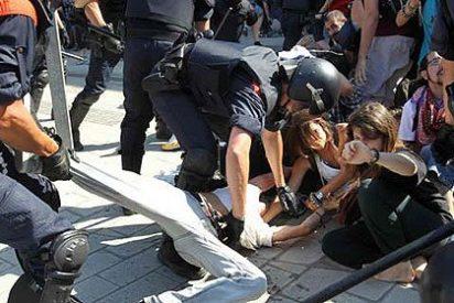 De 'indignados' a delincuentes que asaltan la democracia
