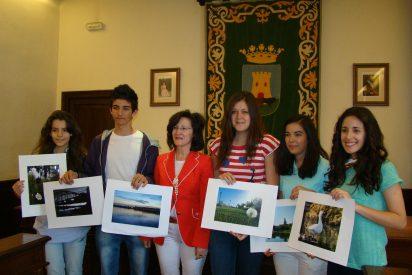 La concejal de Medio Ambienteo entrega los premios del Concurso Escolar de Fotografía