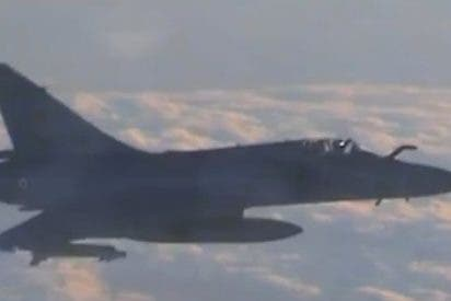 Espectaculares imágenes de un caza Mirage 2000 interceptando un Airbus de Vueling en el cielo francés