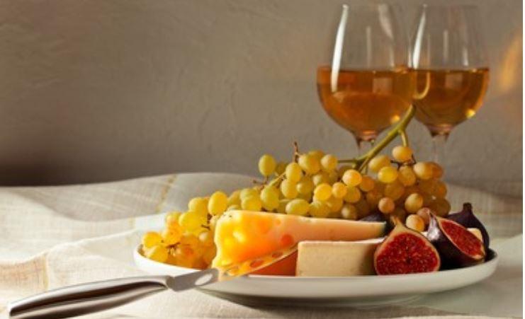 Pedro Ximénez con plato de queso y frutas variadas