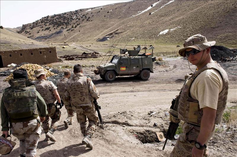 Al menos 20 muertos al estallar mina al paso de un autobús en suroeste afgano