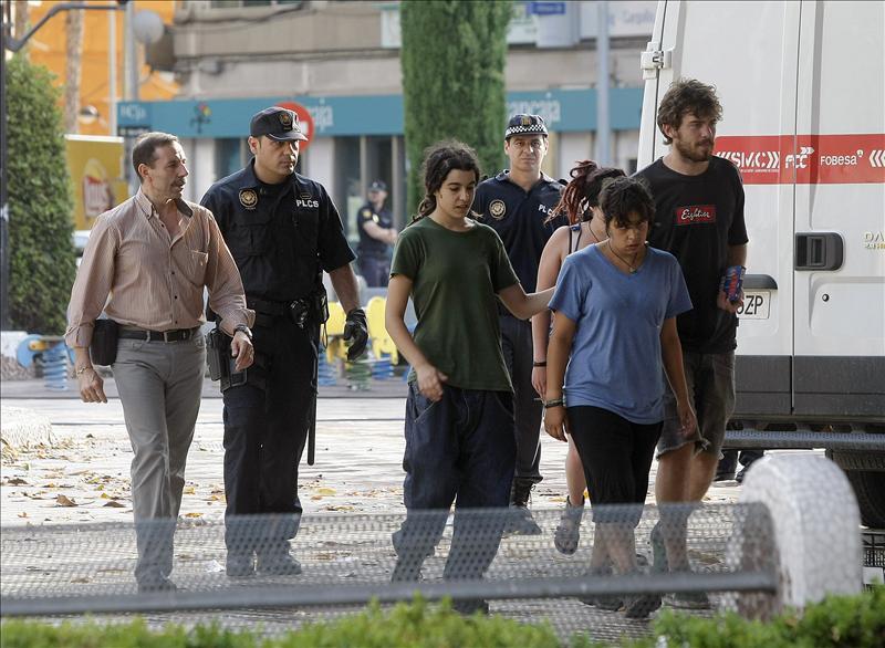 """La Policía comienza a desalojar a los """"indignados"""" de Valencia"""