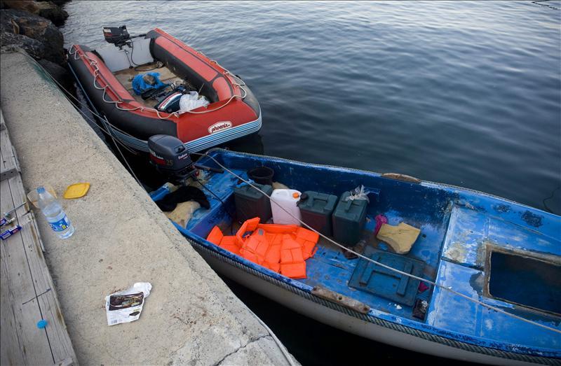 La Guardia Civil rescata una patera con 50 inmigrantes a 50 millas de la costa de Granada