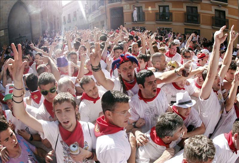 """Los """"torrestrella"""" abren los encierros del 2011 con una limpia carrera"""