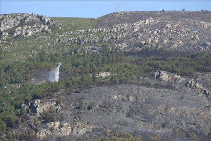 Los bomberos esperan extinguir el incendio de La Riba durante el día de hoy