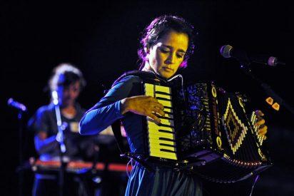 Julieta Venegas le gana el pulso a la Tramontana en la Ciudadela de Roses