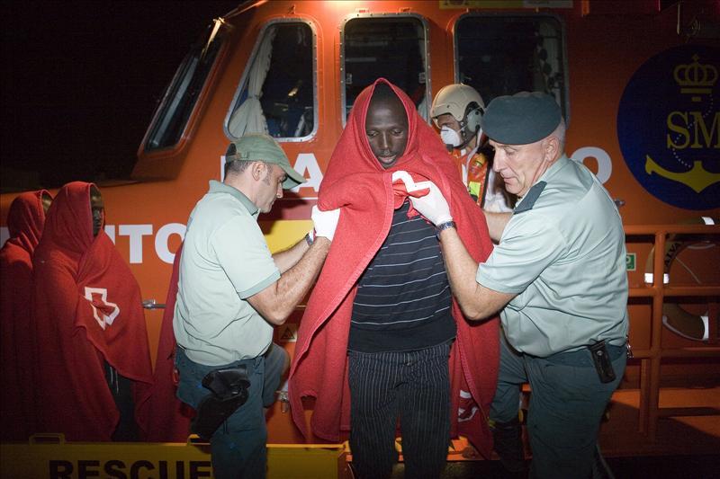 Salvamento Marítimo rescata una barcaza en la que viajaban 43 inmigrantes