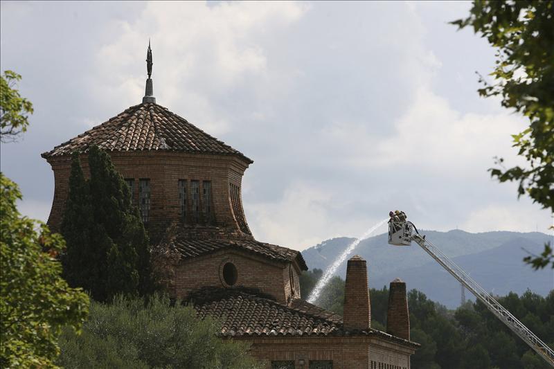 Los bomberos continúan con el enfriamiento del incendio de Codorniu, de 3.000 metros cuadrados