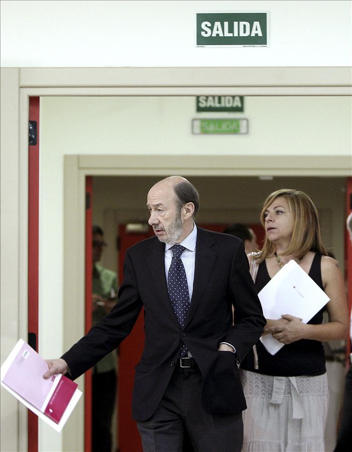 """Valenciano dice que Rajoy es un político """"de perfil"""" y Rubalcaba de la cara"""