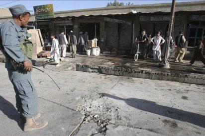 Cuatro policías y un civil mueren en un atentado suicida en Afganistán