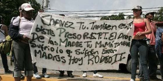 Mientras Chávez hace de su cáncer un show, varios presos se fiugan de la cárcel El Rodeo II