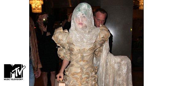 Cortinas en torno a la cabeza, la nueva moda de Lady Gaga