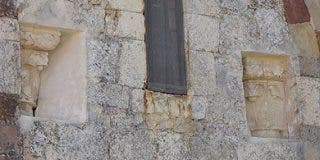 Descubren capiteles románicos y murales en una iglesia de Palencia
