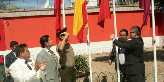 Quinto izamiento de la bandera del Perú en España