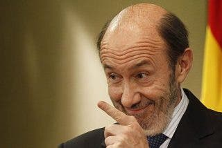 """Rubalcaba dice que ha hablado """"poco"""" con Zapatero de la fecha electoral"""