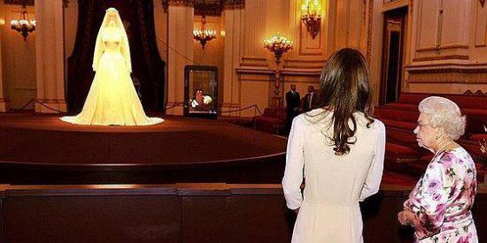 Isabel II 'espeluznada' con la exposición del vestido de novia de Catalina