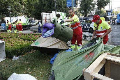 """Desalojados a los """"indignados"""" acampados en la Puerta del Sol y el Paseo del Prado"""