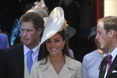 """El príncipe Enrique viajó en """"low cost"""" a la boda de su prima"""
